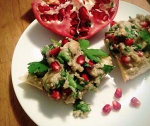 Auberginenpaste mit Granatapfelkernen